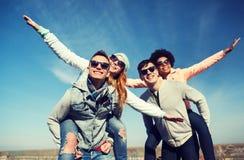 Lyckliga vänner i skuggor som har roligt utomhus Arkivbilder
