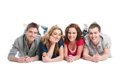 lyckliga vänner kopplar av Fotografering för Bildbyråer