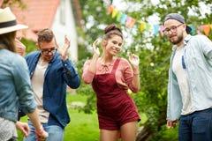 Lyckliga vänner som dansar på sommar, festar i trädgård Royaltyfria Foton