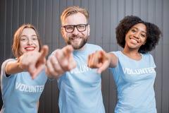 Lyckliga volontärer inomhus royaltyfria bilder