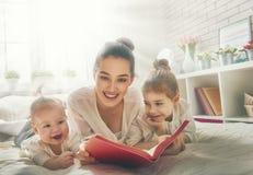 lyckligt älska för familj arkivbild