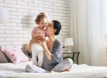 lyckligt älska för familj royaltyfri fotografi
