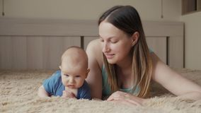 lyckligt älska för familj Barnet fostrar spelar med hennes behandla som ett barn flickan i sovrummet Mamman och barnet har gyckel arkivfilmer