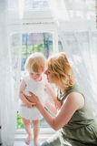 lyckligt älska för familj Fostra och dottern Fotografering för Bildbyråer