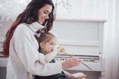 lyckligt älska för familj Fostra och hennes dotterbarnflicka som tillsammans spelar arkivfoto