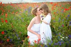lyckligt älska för familj Moder- och barnflicka som spelar och kysser royaltyfria foton