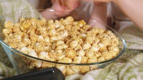 lyckligt älska för familj Modern och hennes dotterbarnflicka äter popcorn på sängen i rummet framdel av TV:N arkivfilmer