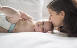 lyckligt älska för familj modern som spelar med henne, behandla som ett barn i sovrummet fotografering för bildbyråer