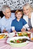 Lyckligt äta för barn Royaltyfri Bild