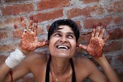 Lyckligt ögonblick av den indiska brudgummen Arkivbilder