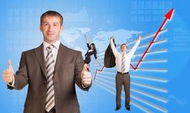 Lyckligt affärsfolk och grafiskt diagram royaltyfria foton