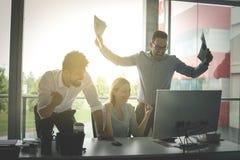 Lyckligt affärsfolk som tycker om i lyckat jobb Affärspeopl royaltyfri foto