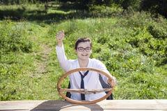 Lyckligt affärskvinnasammanträde bak hjulet av en imaginär ca Arkivbild