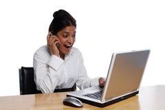 lyckligt affärskvinnaskrivbord Arkivbild