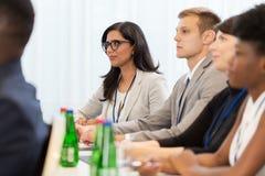 Lyckligt affärslag på den internationella konferensen arkivbild