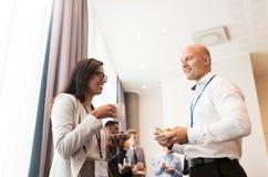 Lyckligt affärslag på den internationella konferensen royaltyfri foto
