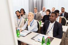 Lyckligt affärslag på den internationella konferensen royaltyfri bild