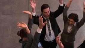 Lyckligt affärslag som tillsammans sätter händer stock video