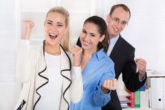 Lyckligt affärslag - den unga mannen och kvinnan arbetar kollegor. Arkivbilder