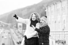 Lyckligt anseende för åldriga par på bron Kvinna och man som ut pekar royaltyfria bilder
