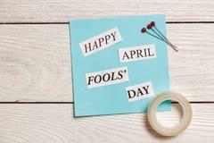 Lyckligt April Fools Day uttryck på träbakgrund Royaltyfri Bild