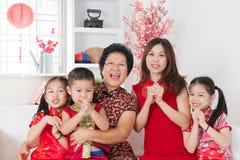 Lyckligt asiatiskt familjmöte hemma. Royaltyfri Foto