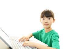 Lyckligt asiatiskt flickaleende arkivfoto