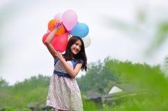 Lyckligt asiatiskt koppla av för flicka som är utomhus- Fotografering för Bildbyråer