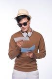 Lyckligt asiatiskt manligt turist- hållande pass över grå bakgrund Arkivfoto