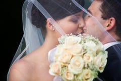 lyckligt att gifta sig kyssa för par Arkivbild