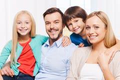Lyckligt att vara en familj Arkivbild