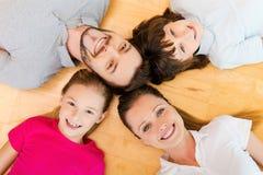 Lyckligt att vara en familj arkivfoto
