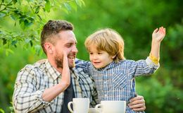 Lyckligt att vara en familj Organisk och naturlig mat de ?lskar att ?ta tillsammans Sund mat f?r helgfrukost Familjdag arkivbild