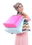 Lyckligt av attraktiv ung muslimkvinna med shoppingpåsen Arkivbild