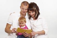 lyckligt avläsningsbarn för familj Arkivbild