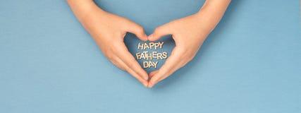 Lyckligt baner för dag för fader` s med formhjärta arkivfoto
