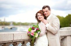 lyckligt bara gift för par royaltyfria foton