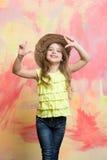 Lyckligt barn eller liten le flicka i cowboyhatt Arkivbild