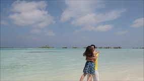 lyckligt barn för asiatiska par arkivfilmer