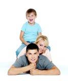 lyckligt barn för familj Arkivbild
