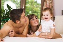 lyckligt barn för familj Arkivfoto