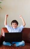 lyckligt barn hans leka för bärbar dator Royaltyfri Foto
