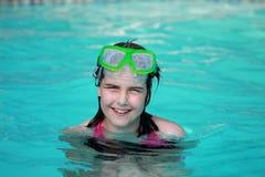 Lyckligt barn i en simbassäng royaltyfri foto