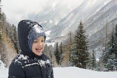 Lyckligt barn i vintertid Arkivbilder