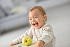 Lyckligt barn med det gröna äpplet Royaltyfri Bild