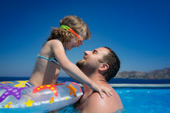 Lyckligt barn med fadern i simbassäng Arkivfoto
