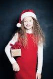 Lyckligt barn och julgåva Royaltyfria Foton