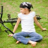 Lyckligt barn på en cykel Arkivfoton