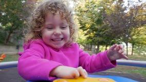 Lyckligt barn på en karusell stock video