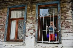 Lyckligt barn på fönstren royaltyfri foto